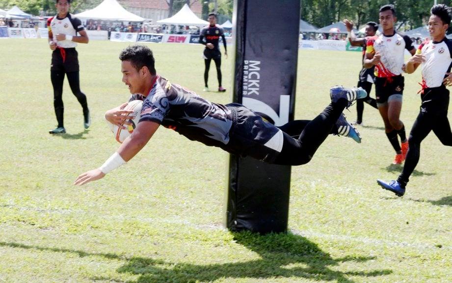 PEMAIN SMSM, Muhammad Hazim Nor Ismail berjaya melakukan try pada aksi separuh akhir. - FOTO L MANIMARAN