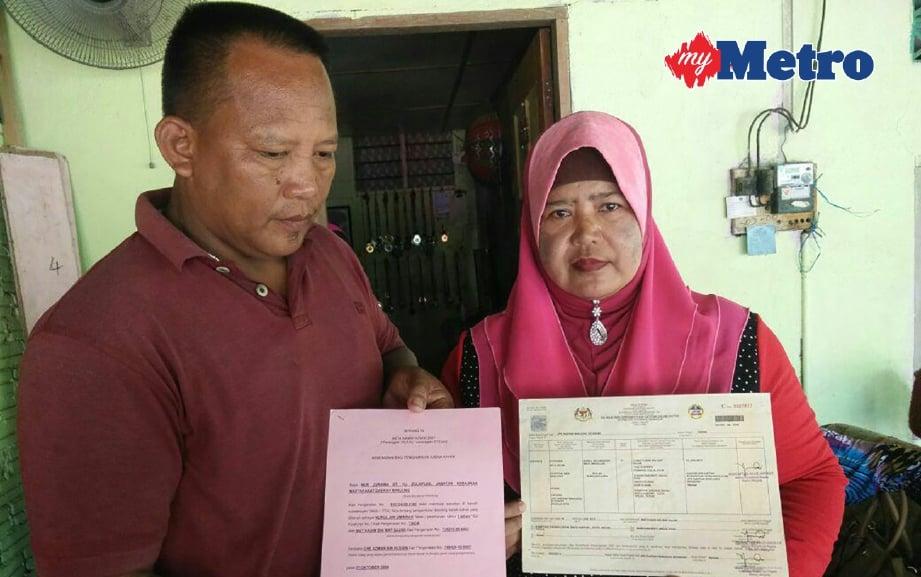 MARIYANI dan Mat Kasim menunjukkan sijil pengangkatan Nurul Ain. FOTO Noor Hidayah Tanzizi