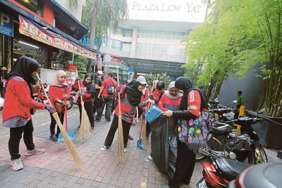 PENJAGAAN kebersihan perlu diberi pendedahan, penekanan dan diamalkan oleh semua lapisan masyarakat. FOTO Hafiz Sohaimi