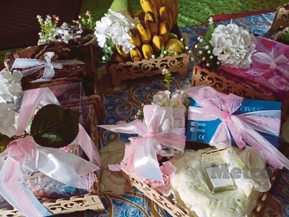 PELITUP muka dan pembasmi kuman antara barang hantaran perkahwinan Yaacob dan Saudah.