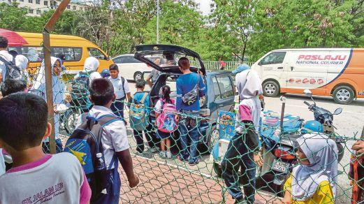 MURID sekolah berpusu-pusu membeli makanan ringan yang dijual penjaja di luar sekolah di ibu kota.