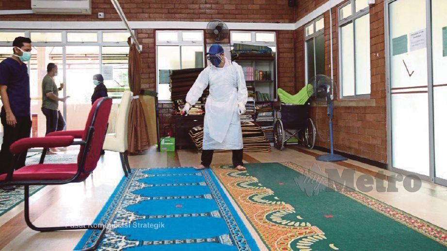 KAKITANGAN Usim melakukan proses sanitasi awam perdana secara percuma di Nilai dan Senawang, baru-baru ini.