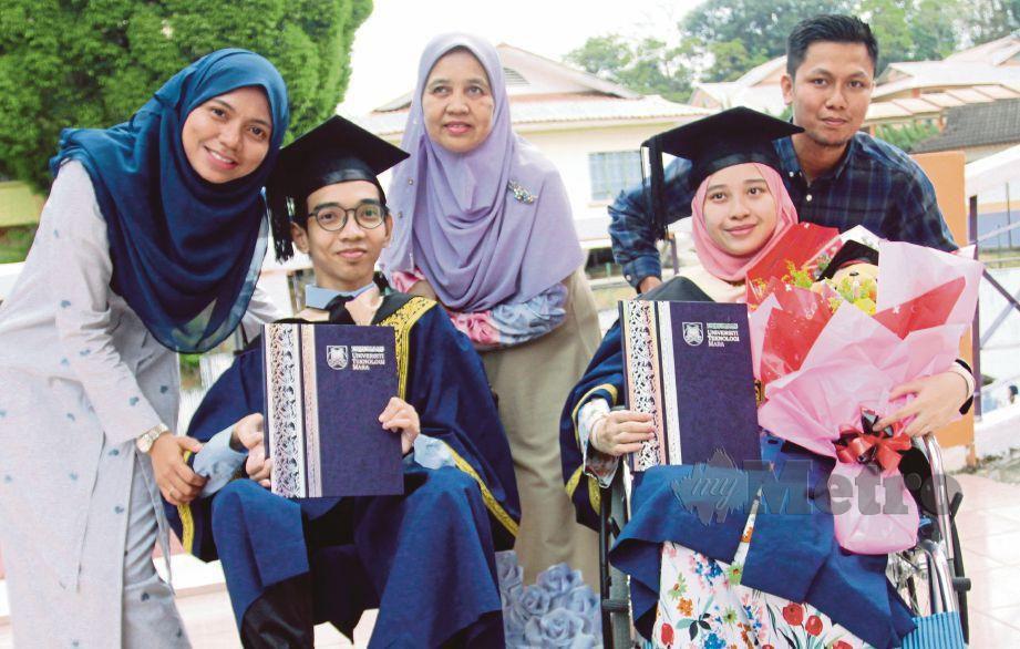 MUHAMMAD Syafiq tersenyum diapit ibu (kanan) dan kakak selepas Istiadat Konvokesyen UiTM Ke-90 di UiTM Cawangan Kelantan di Machang, semalam.