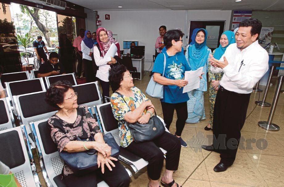 MEGAT  Jalaluddin mendengar masalah pelanggan di Kedai Tenaga TNB di Petaling Jaya, semalam.