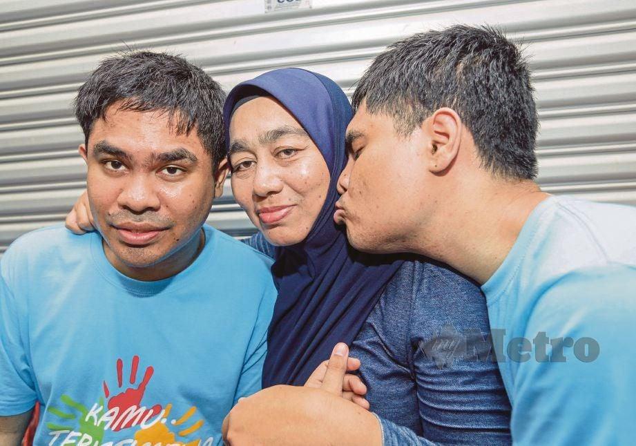 JAMALIAH bersama anak kembarnya yang menghidap autisme, Noor Afif Fitri (kanan) dan Noor Afiq Farhan.