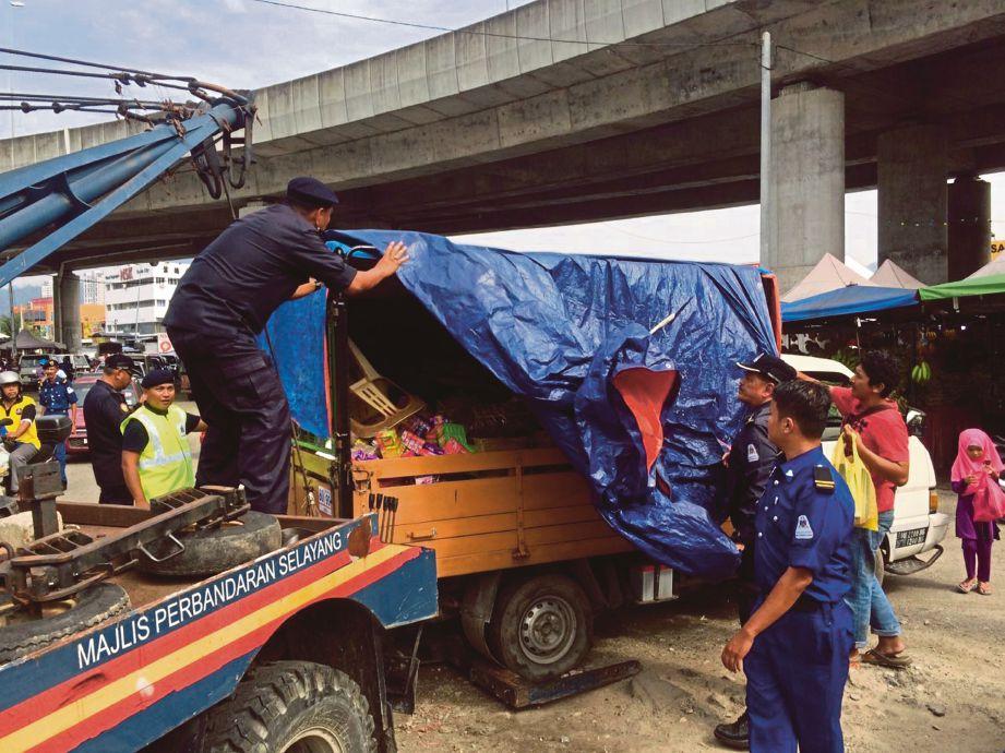ANGGOTA MPS menyita lori peniaga warga asing dalam Operasi Bersepadu MPS.