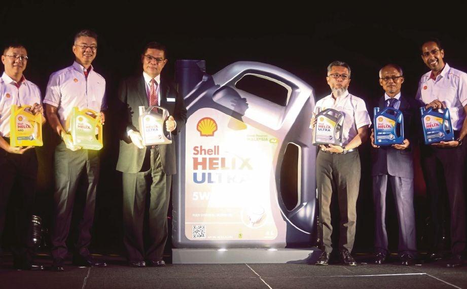 SAIFUDDIN (tiga dari kiri) bersama Shairan Huzani (tiga dari kanan) pada majlis pelancaran label baru produk minyak pelincir Helix, semalam.