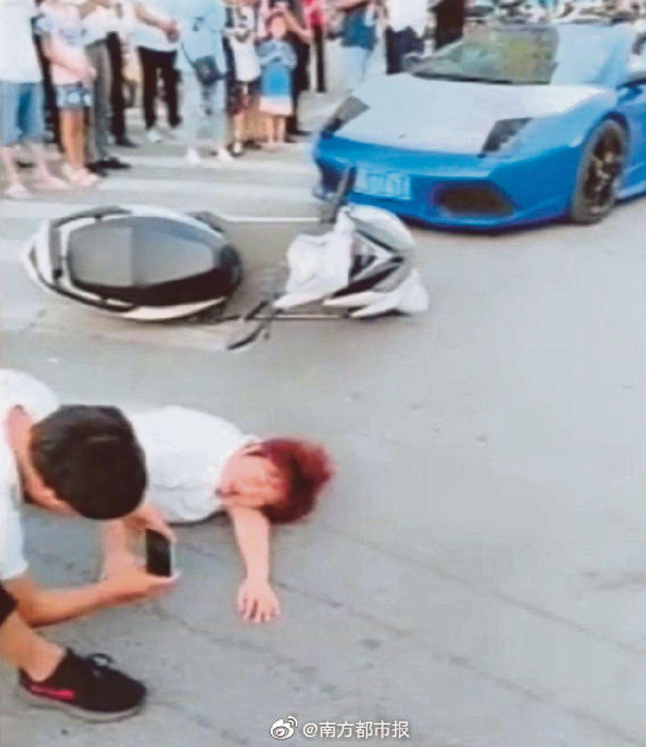 SEORANG lelaki merakamkan 'kemalangan' antara seorang wanita dan kereta Lamborghini yang dipandu seorang selebriti media sosial di China. FOTO Agensi