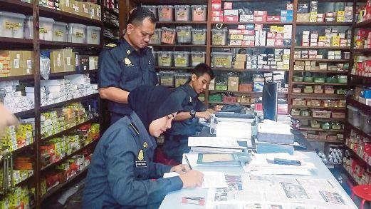 SERBUAN KPDNKK di premis menjual aksesori kenderaan tiruan di Jinjang Selatan.