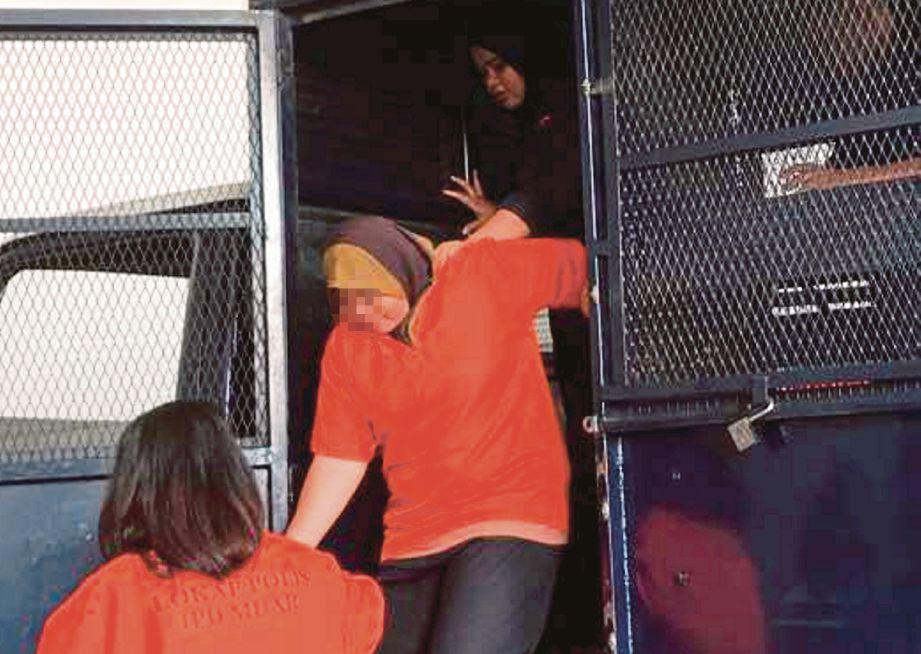 TERTUDUH dibawa ke Mahkamah Majistret Muar, semalam.