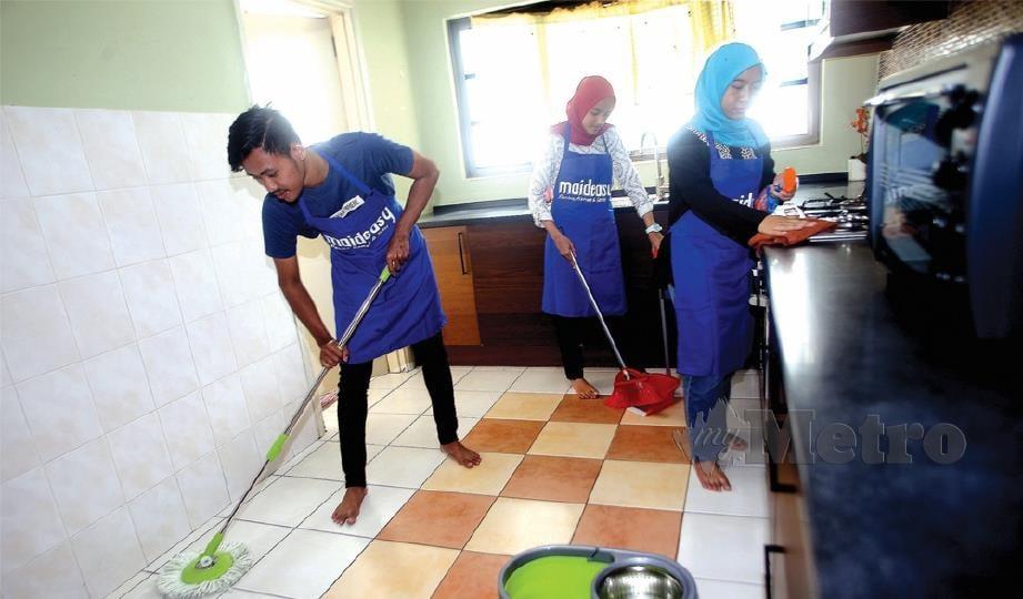 PELAJAR universiti bekerja sebagai pembantu rumah sambilan, dari kiri, Siti Nurulhazwani Mohd Lukhman, Muhammad Helmi Mohd Zamri dan Anis Amila Rosman.