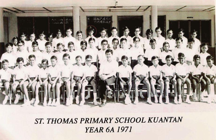 AL-Sultan Abdullah (dalam bulatan) ketika darjah enam (1971) di Sekolah Kebangsaan St Thomas, Kuantan.
