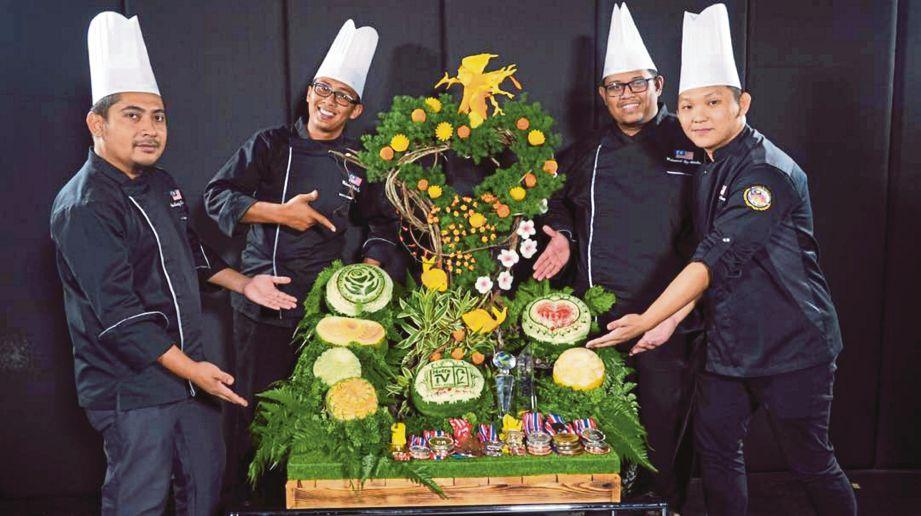 EMPAT cef tempatan kreatif mengukir buah-buahan hingga berjaya menempah nama di peringkat antarabangsa.