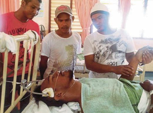 MUHAMMAD Hafizudin ditenangkan rakan ketika dirawat di HSNZ.