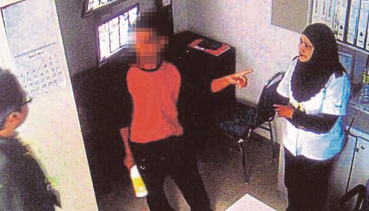 Rakaman CCTV menunjukkan suspek yang mencabul remaja perempuan di sebuah pasar raya di Kemayan Square.
