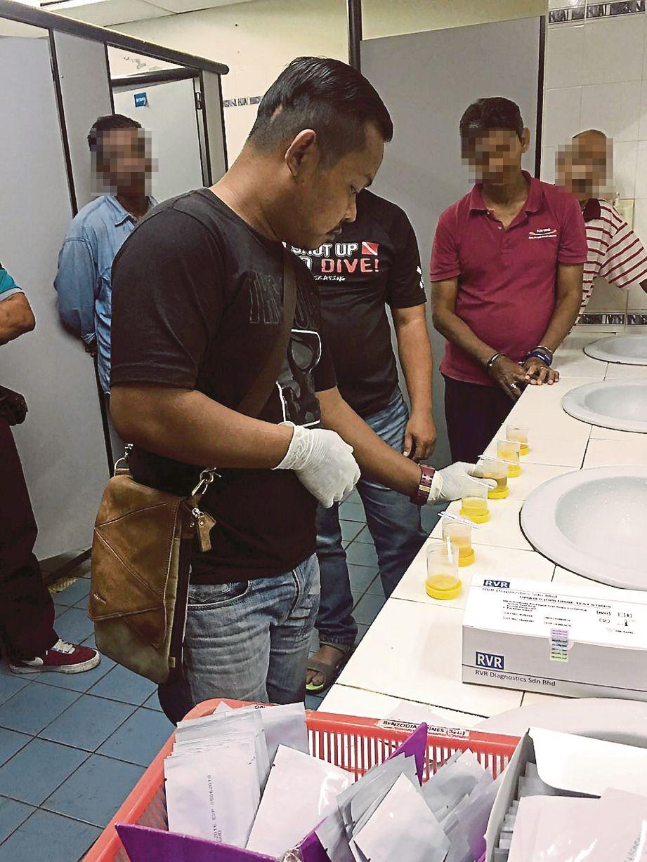 PEGAWAI AADK melakukan ujian air kencing ke atas bekas penagih.