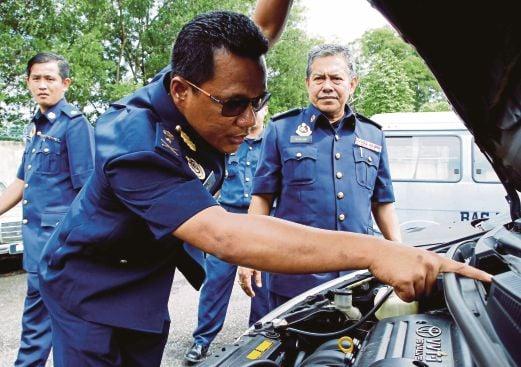 NAZLI memeriksa kenderaan klon yang dirampas Jabatan Pengangkutan Jalan.