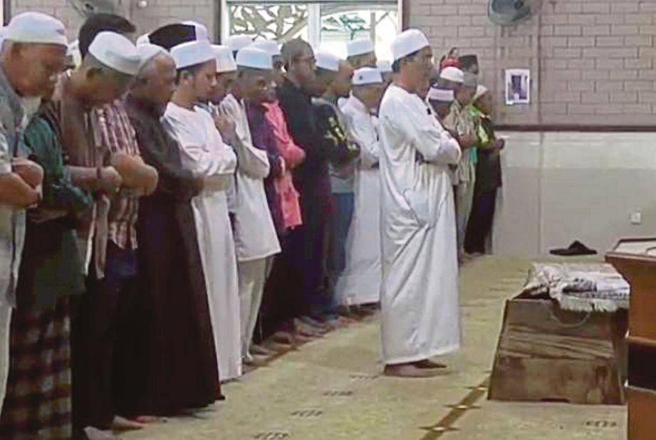 SYED Azman mengimamkan solat jenazah isterinya di Surau Kampung Losong Panglima Perang.