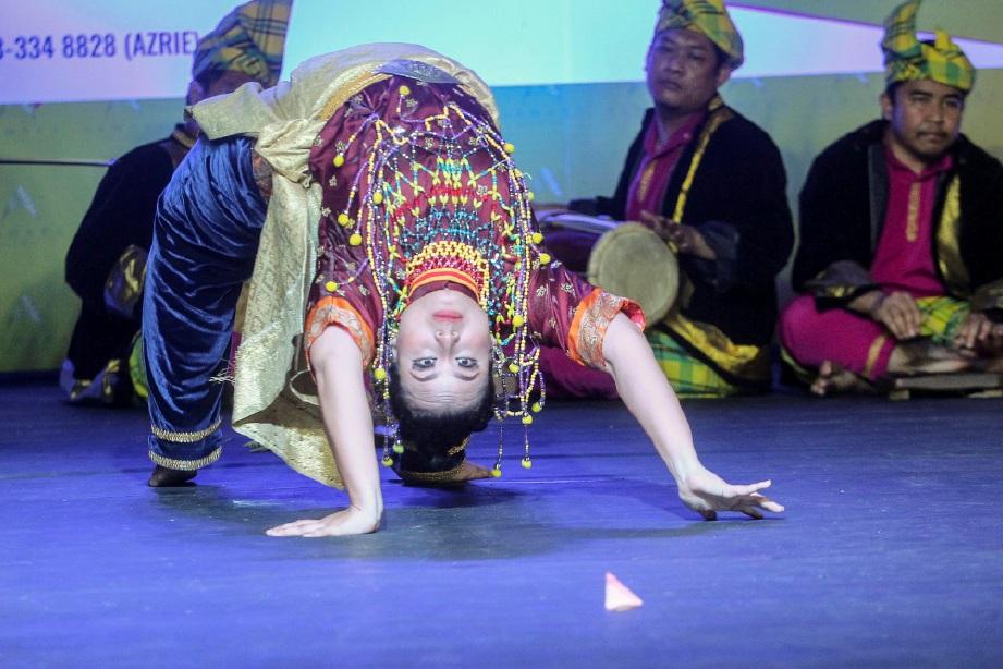 WATAK utama mak yong melakukan aksi unik dalam persembahan.