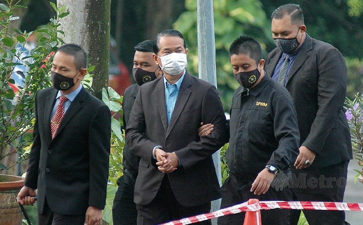 DATUK Nizam Sahari (tengah) dibawa ke Mahkamah Sesyen, Shah Alam hari ini untuk pendakwaan. FOTO Faiz Anuar.