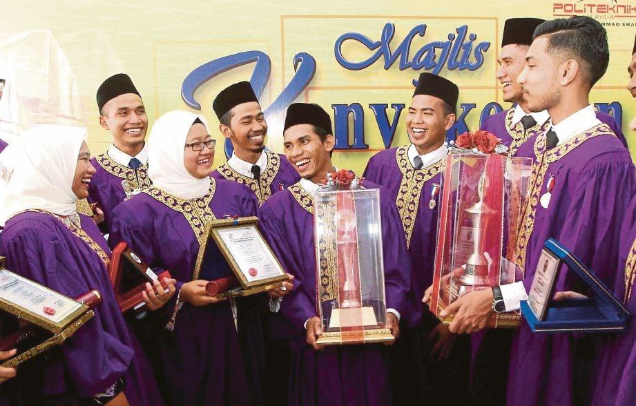Penerima Anugerah Projek Terbaik, Mohamad Saiful (tengah) diraikan pada Majlis Konvokesyen Ke-38 POLISAS di Bukit Gambang.