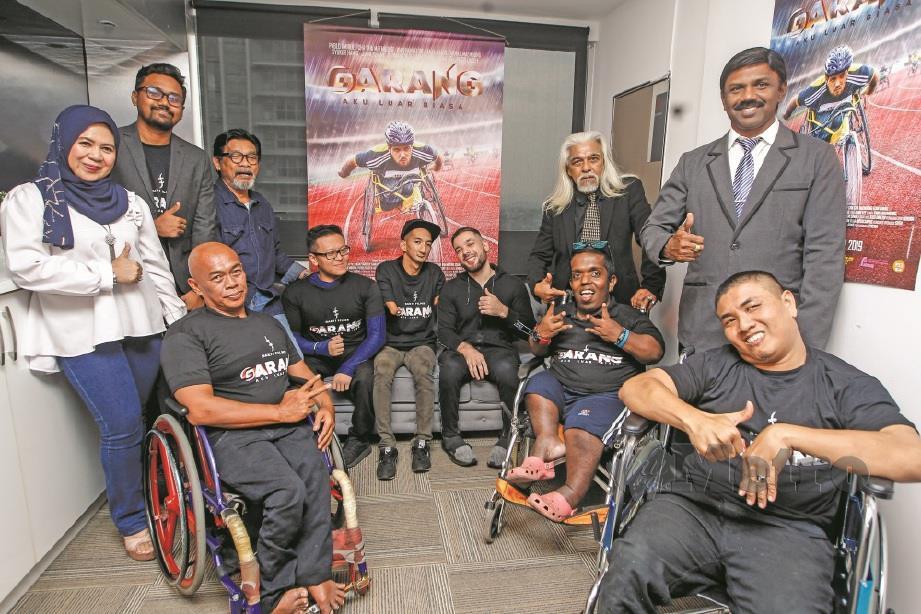 VARREN dan Dakshina (berdiri kanan) bersama barisan pelakon filem Garang.FOTO: Syarafiq Abdul Samad