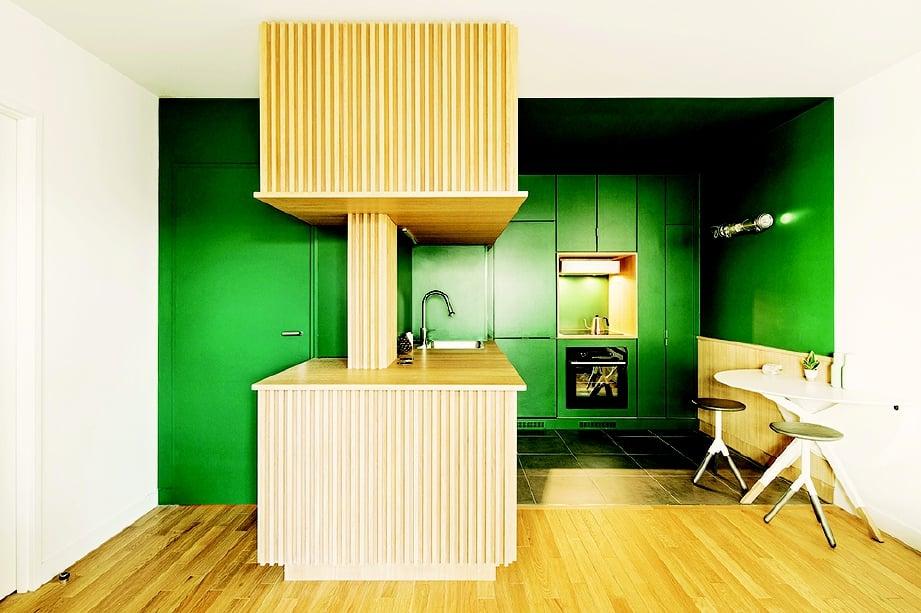 WARNA kontra hijau zamrud dan coklat kayu rekaan pilihan pereka dari Perancis.