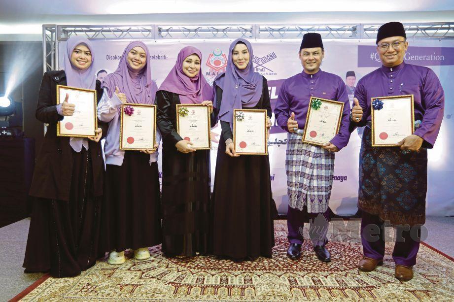 BERSAMA rakan artis yang turut terpilih sebagai ikon Program Celik Al-Quran.