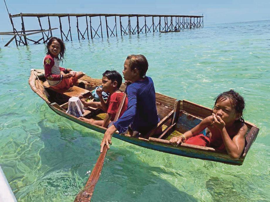 KANAK-kanak di Pulau Mabul turut menarik perhatian penulis. FOTO Sapina Abdullah