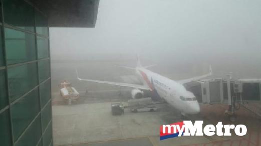 JARAK penglihatan sekitar 350 meter menyebabkan 25 penerbangan dibatalkan. FOTO ihsan pembaca