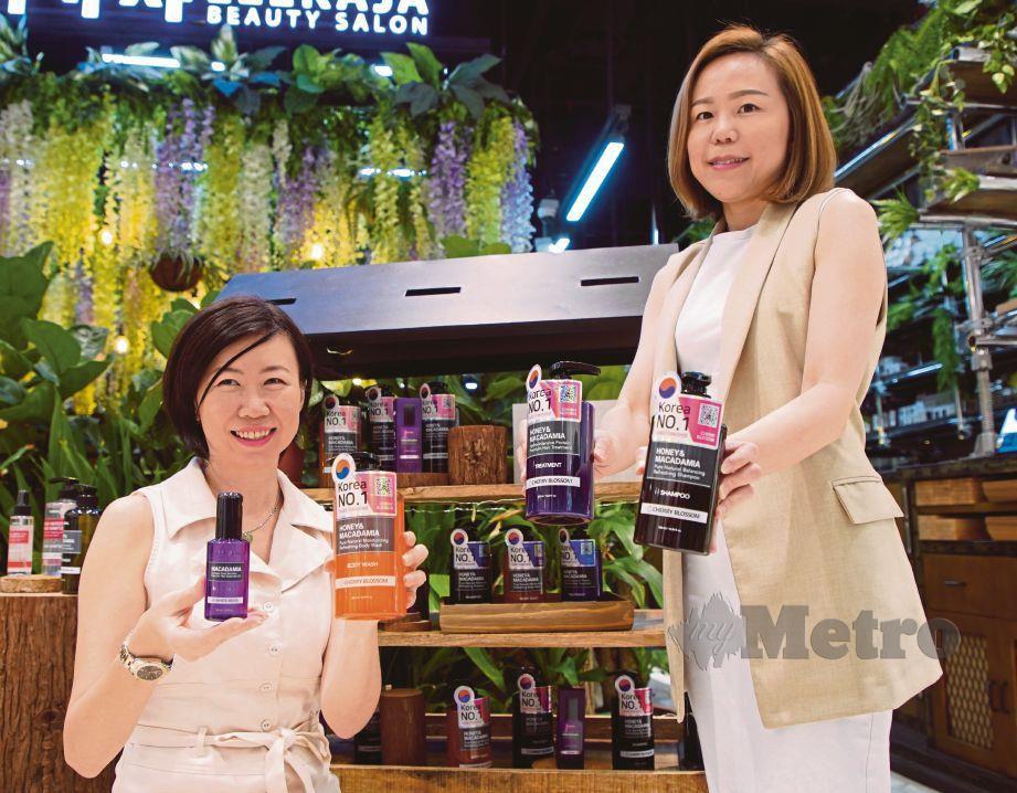 TIFFANY (kanan) bersama rangkaian produk penjagaan rambut terlaris di Korea yang ditawarkan di Guardian.  FOTO: Nur Adibah Ahmad Izam