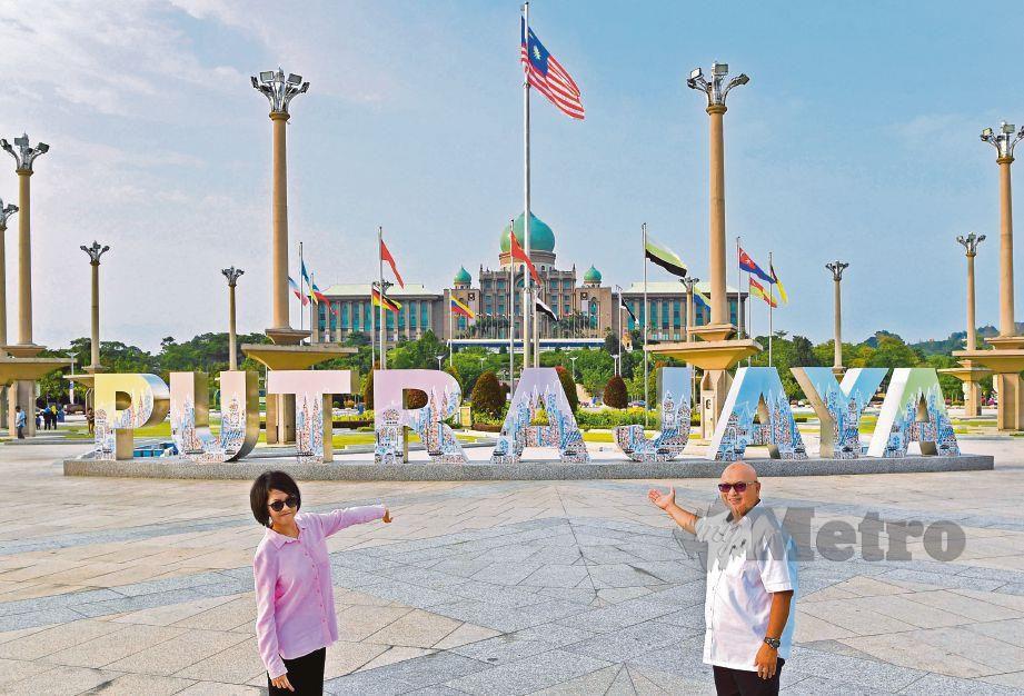 DR Aminuddin bersama Wan Jamila bergambar di hadapan arca Putrajaya di Dataran Putra, semalam.