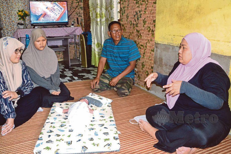 MAS Ermieyati (kiri) menyerahkan sumbangan peribadi kepada Sanisah (kanan) di rumahnya di Kampung Kuala Linggi, semalam.