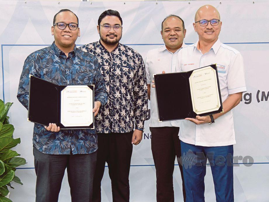 SYAKIR (dua dari kiri) bersama Khairul (dua dari kanan) menyaksikan majlis pertukaran MoU di antara Bank Muamalat dan Wahed Invest Malaysia yang diwakili Zury Rahimee (kanan) dan Pengarah Eksekutif Wahed Invest Malaysia, Mohd Izzat Fadhli. FOTO Hafiz Sohaimi