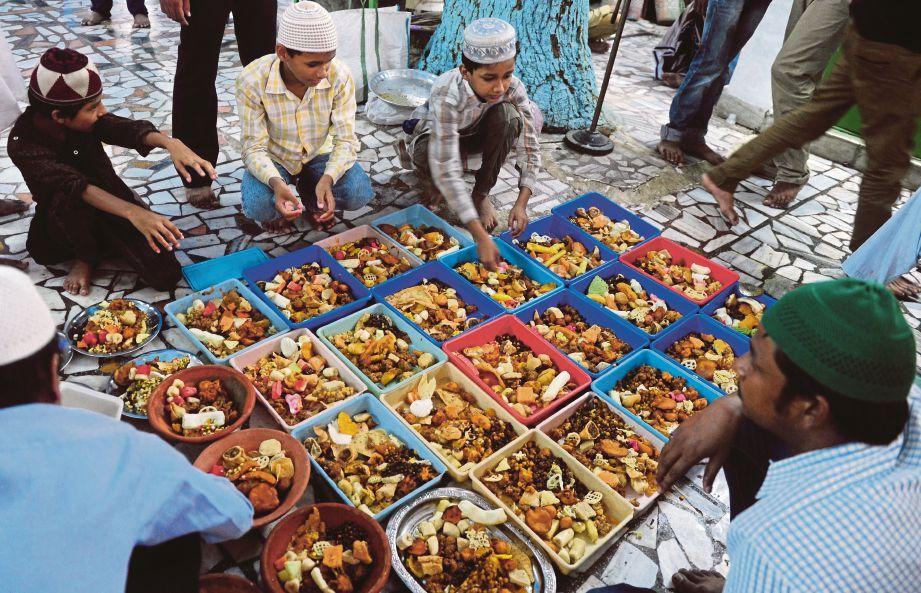 BERKONGSI rezeki dengan bersedekah kepada mereka yang memerlukan pada bulan Ramadan yang mulia.
