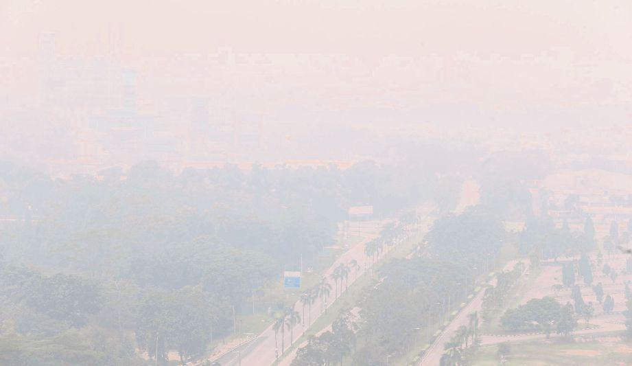 Keadaan Pelabuhan Johor yang  berjerebu tebal. Gambar dirakam dari  Menara Aqabah.