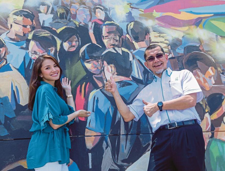 SYED Zainal bersama pelakon Fazura pada pelancaran Kempen Mural Cerita Kita sempena Hari Kemerdekaan dan Hari Malaysia di Stesen Petronas Solaris Putra Serdang.