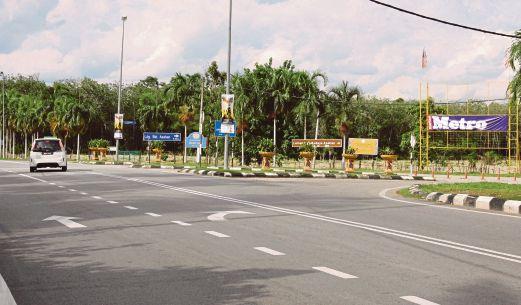 PESERTA kejohanan perlu mencari persimpangan Jalan Asahan yang mempunyai papan tanda arah ke Laman Tiga Budaya.