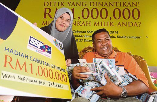 Wan Norisham bersama Rozita diumumkan sebagai pemenang utama Fiesta Cabutan SSP BSN di Wangsa Walk.