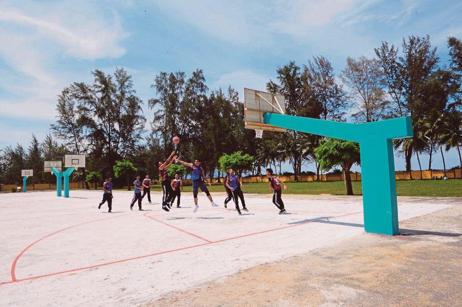 PELAJAR SMKRP bermain bola keranjang di gelanggang yang kini selesa digunakan selepas proses menaik taraf selesai.