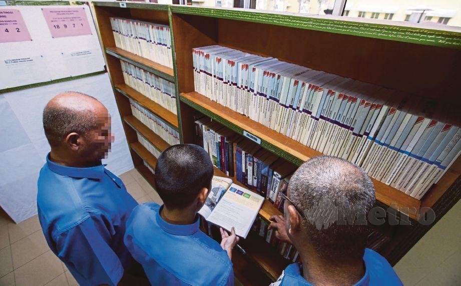 PENGHUNI penjara menggunakan perpustakaan untuk mencari rujukan.