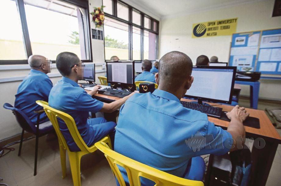 BANDUAN menggunakan komputer untuk menyiapkan tugasan masing-masing.