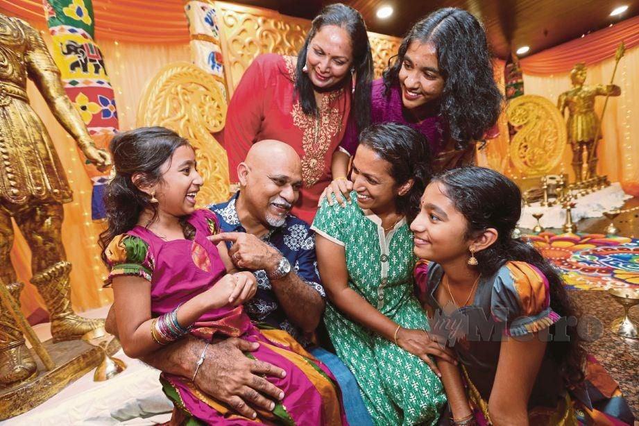 PENGANUT Hindu V Surendran dan isteri P Hemalathan bersama keluarga menyambut perayaan Deepavali dalam suasana harmoni dan penuh warna-warni. FOTO Iqmal Haqim Rosman