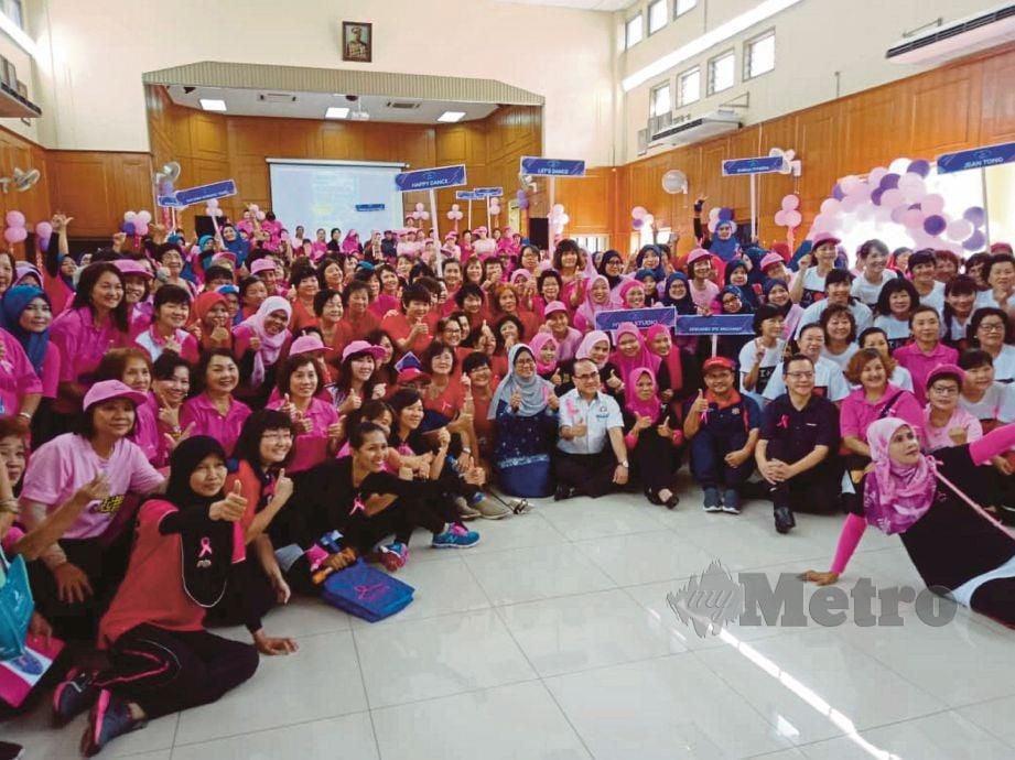 NATRAH tengah) bersama sukarelawan dan pesakit barah payudara selepas Program Pink Oktober di Dewan Jubli Intan, Segamat. FOTO Ahmad Ismail