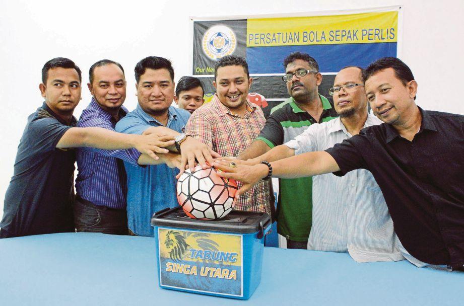SYED Atif (tengah) bersama wakil-wakil MBNPs, Belia 4B Perlis dan pengurusan PFA pada simbolik pelancaran tabung dana pasukan bolasepak Perlis.