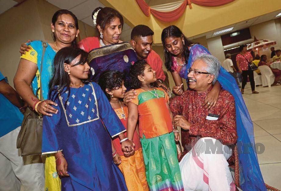 MENTERI di Jabatan Perdana Menteri, P Waytha Moorthy meraikan tetamu pada Majlis Rumah Terbuka Deepavali, di Dewan Majlis Perbandaran Seremban (MPS), Negeri Sembilan. FOTO Iqmal Haqim Rosman