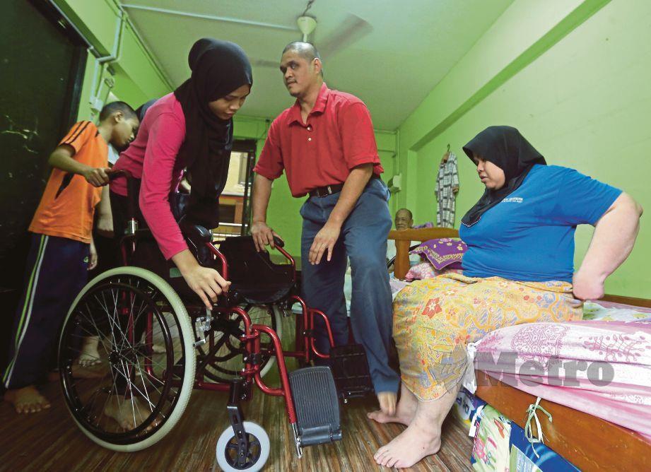 MOHA Hazeefisz dan Shafina bersama anak mereka di Flat Sri Sarawak, Kuala Lumpur.