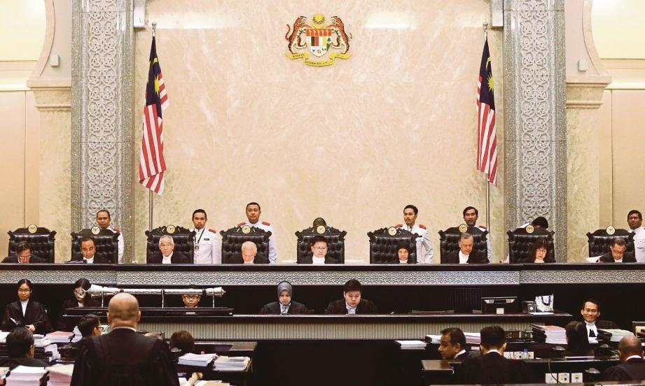 SEMBILAN hakim  bersidang bagi mendengar rayuan berhubung isu perlembagaan di Istana Kehakiman, semalam.