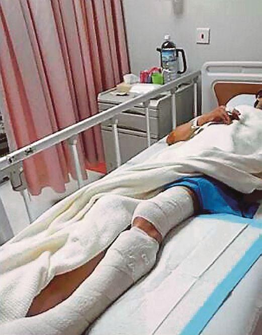 MANGSA  menerima rawatan di hospital swasta akibat ditetak.