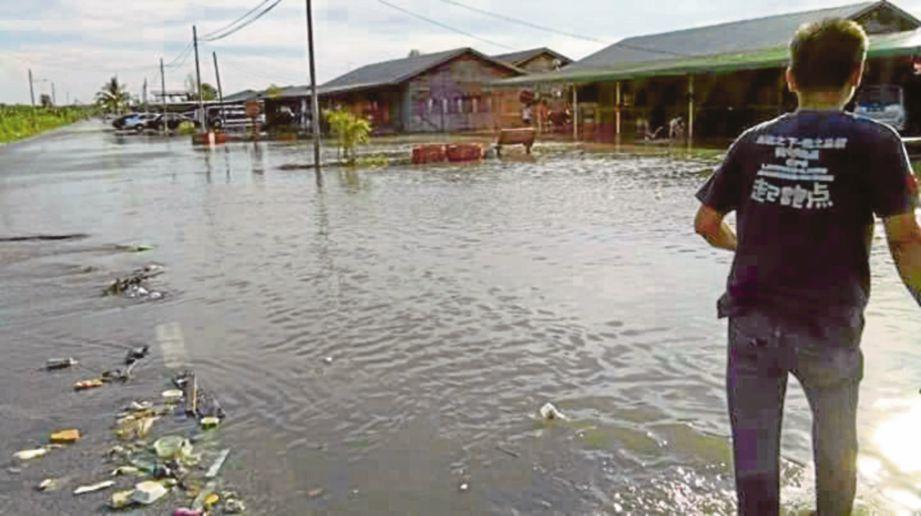 KEADAAN kawasan di Kuala Selangor yang dinaiki air.